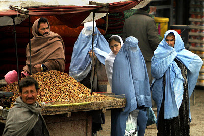 800px-Afghan_women_at_market_2-4-09