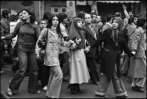 Iranian_Revolution_1979_marching_young_people