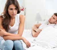 photo-home-unhappy-couple-in-bed