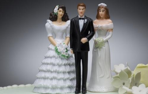 Polygamy-WeddingCake2Women1Man-810px_shutterstock_34797862